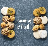 Cookies sortidos: cookies do linzer, biscoito amanteigado, cookie nuts, cookies de amêndoa alaranjadas fotos de stock royalty free