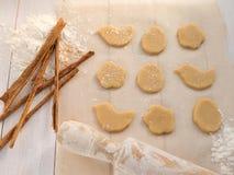 Cookies, varas de canela e rolo-pino Fotos de Stock