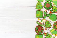 Cookies verdes do pão-de-espécie do Natal no fundo de madeira Imagem de Stock