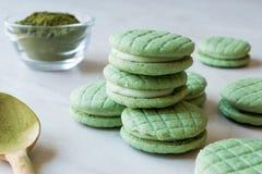 Cookies verdes enchidas creme de Matcha/Macarons imagem de stock