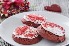 Cookies vermelhas de veludo do dia de Valentim Foto de Stock