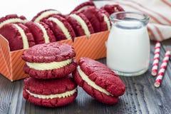 Cookies vermelhas do sanduíche de veludo Fotografia de Stock Royalty Free