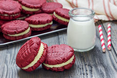 Cookies vermelhas do sanduíche de veludo Foto de Stock
