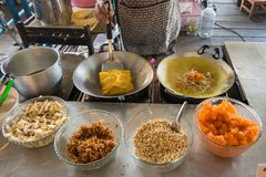 Cookiing för thailändskt folk välfylld frasig Ägg-kräpp eller vietnamesstyl Arkivfoto