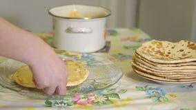 cooking Een vrouw bereidt een rookwolkcake voor vla stock footage