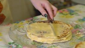 cooking Een vrouw legt de vla op een laagcake stock video