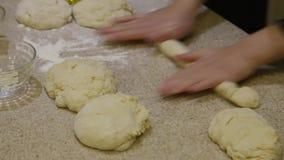cooking Pasta del balanceo de la mujer en la tabla metrajes