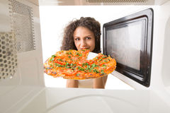 Cooking pizza in the microwave Royalty Free Stock Photos