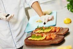 cooking preparación de comida de pescados Imagenes de archivo