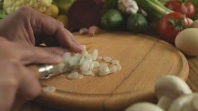 cooking Scherpe uien stock video