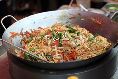 Cooking of spicy thai noodles Royalty Free Stock Photos