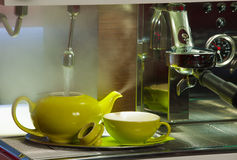 Bar - preparing tea in a tea pot Royalty Free Stock Photos