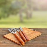 Cookout, Picknick oder BBQ-Partei-Konzept mit Grill-Werkzeugen Stockbild