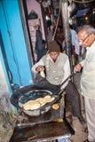 Cookshop i Varanasi Fotografering för Bildbyråer
