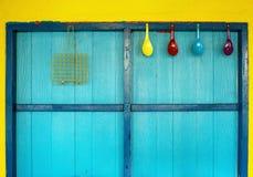 cookware κρεμάστε στο ζωηρόχρωμο τοίχο Στοκ φωτογραφία με δικαίωμα ελεύθερης χρήσης