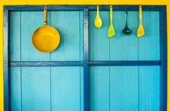 cookware κρεμάστε στο ζωηρόχρωμο τοίχο Στοκ Εικόνα