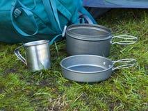 Cookware для располагаться лагерем на траве на предпосылке задней части Стоковое Фото