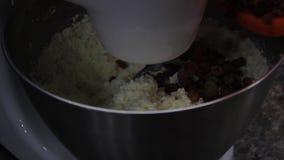 Металлическая чаша для приготовления пищи, посуда смешивание продуктов в большой чашке, тарелка для планетарного пищевого процесс сток-видео