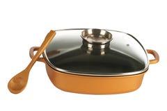 Cookware, cacerola antiadherente y cuchara de madera fotografía de archivo
