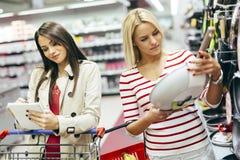Cookware de achat de femmes Photographie stock