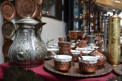 Cookware de cobre para o chá, decorado com teste padrão perseguido imagens de stock
