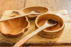 Cookware de la cocina y utensilios de cocinar hechos de la madera. Foto de archivo