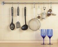 Cookware en blauw glas Stock Afbeeldingen