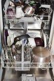 Cookware sujo na máquina de lavar louça home Fotografia de Stock