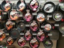 Cookwares в магазине розничной торговли стоковая фотография rf