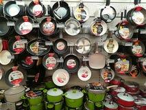 Cookwares в магазине розничной торговли стоковые изображения