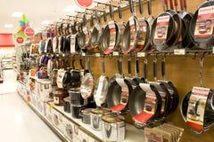 Cookwares в магазине розничной торговли стоковые фотографии rf
