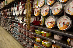 Cookwares в магазине розничной торговли стоковые фото