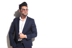 Cool biznesowego mężczyzna jest ubranym okulary przeciwsłonecznych, ciągnie jego kurtkę Obraz Stock