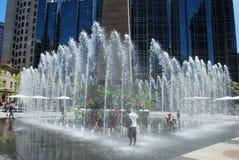cool fontanna dzieciaki daleko Obrazy Stock