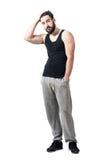 Cool kopplade av idrottsman nen i svart ärmlös tröja med händer som kör till och med hår arkivbild