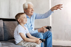 Cool mężczyzna i jego wnuka opowiada o hazardzie Zdjęcie Royalty Free