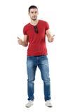 Cool zrelaksowanego modnego przypadkowego mężczyzna patrzeje kamerę z aprobata gestem Zdjęcia Royalty Free