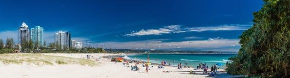 COOLANGATTA、AUS - 2017年5月01日, Coolangatta海滩和彩虹Ba 免版税库存照片