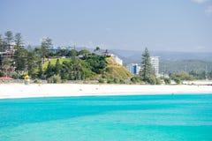 Coolangatta plaża na jasnym dniu patrzeje w kierunku Kirra plaży na Złocistym wybrzeżu Zdjęcia Stock