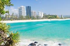 Coolangatta plaża na jasnym dniu patrzeje w kierunku Kirra plaży na Złocistym wybrzeżu Obrazy Stock
