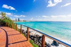Coolangatta-Strand an einem vollen Tag, der in Richtung Kirra-Strandes auf dem Gold Coast blickt stockbilder