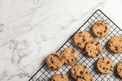 Free Cooling Rack With Chocolate Chip Cookies On Marble Background, Top View Royalty Free Stock Images - 132031519