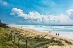 COOLUM,澳大利亚, 2018年2月18日:享受夏天的人们在Coolum 免版税库存照片