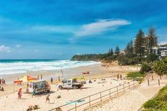 COOLUM,澳大利亚, 2018年2月18日:享受夏天的人们在Coolum 库存照片