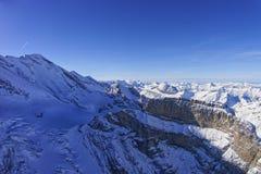 Coomb, mur et crête dans la vue d'hélicoptère de région de Jungfrau dans le winte Photo libre de droits