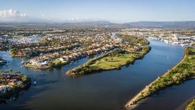 Coomera-Fluss-Morgenansicht Hoffnungs-Insel, Gold Coast mit großer Wohnsiedlung Stockfotografie