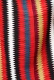 Coooful macedonian hand - gjorda traditionella woolen filtar Ordet FÄRG på kulöra räknare i skarp fokus mot gråa suddiga bokstäve Arkivfoton