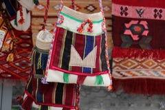 Coooful macedonian hand - gjorda traditionella woolen filtar Ordet FÄRG på kulöra räknare i skarp fokus mot gråa suddiga bokstäve Royaltyfria Foton