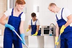 Coopération dans le nettoyage photo stock