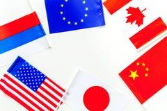 Coopération de pays, relations de pays Drapeaux des comtés sur le cadre blanc de l'espace de copie de vue supérieure de fond images stock